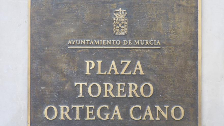 Placa en la Plaza Ortega Cano de Murcia, bajo el busto de sí mismo que el torero regaló al ayuntamiento / PSS