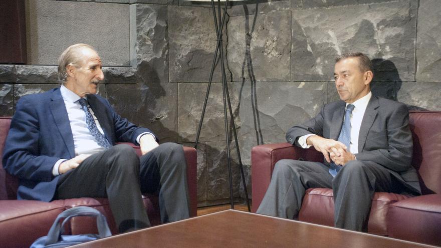 Paulino Rivero reunido con el presidente del comité español de Unicef, Carmelo Angulo.