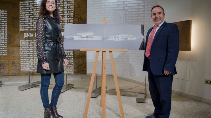 La consejera de Cultura, Turismo y Deportes, Nuria Flores Redondo, acompañada del director general de Turismo, Francisco Martín