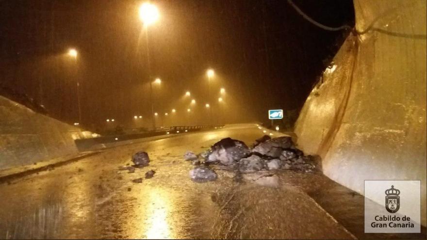 Desprendimiento en la salida del túnel De Silva, en la GC-2 destino Las Palmas de Gran Canaria.