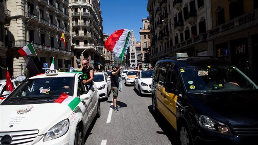 Taxistas convocan un paro desde hoy e inician una marcha lenta por Barcelona