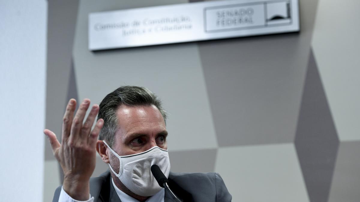 El análisis del celular de Luiz Paulo Dominguetti, a cuyos contenidos accedió la cadena O Globo, reveló que negociaba sobreprecios para vacunas de laboratorios de los que decía ser representante.
