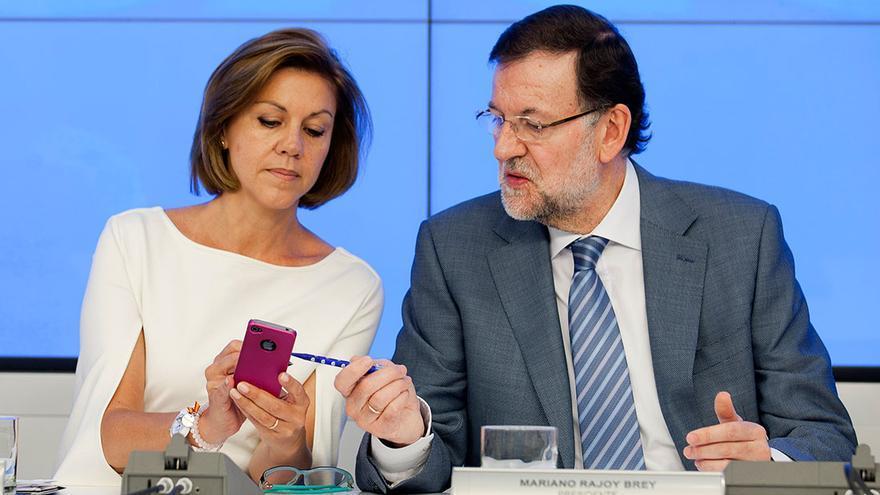 Dolores de Cospedal y Mariano Rajoy, ¿configurando la app de eldiario.es? O_o