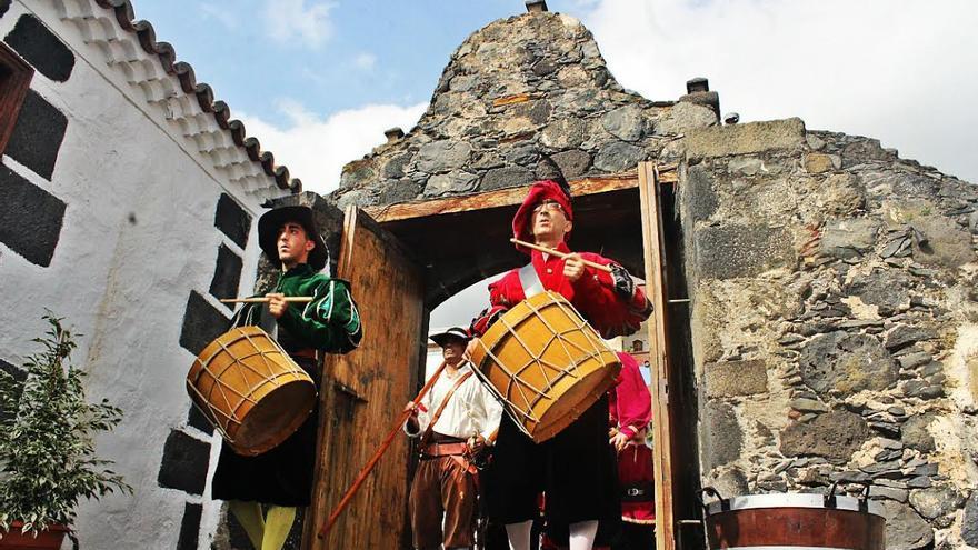 Los tambores estuvieron presentes en el desfile. Foto. JOSÉ AYUT.