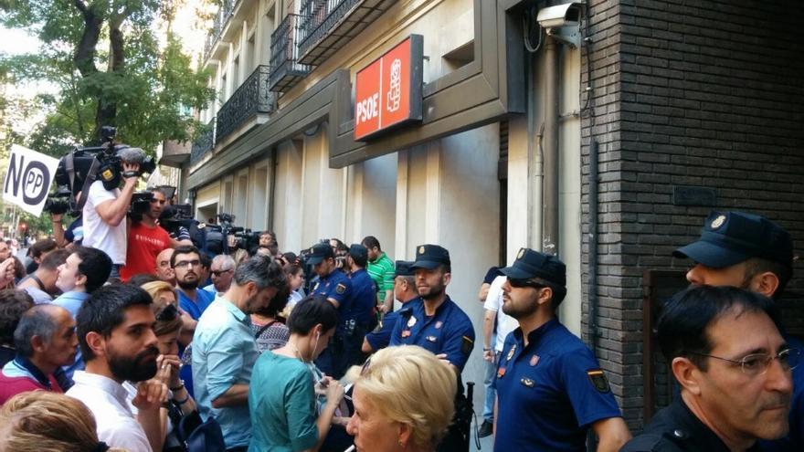 La policía interviene en la puerta de Ferraz ante la tensa situación.