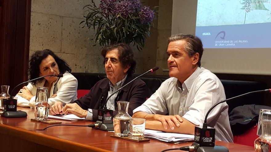 El catedrático de Derecho Constitucional y parlamentario europeo Juan Fernando López Aguilar durante su intervención.