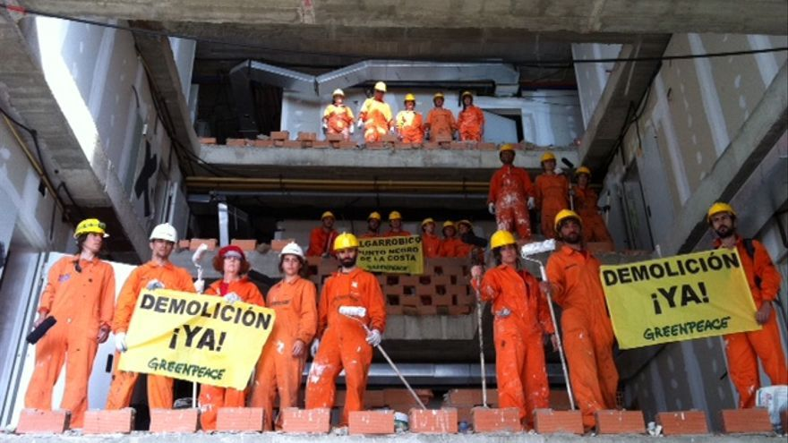 Activistas de Greenpeace dentro del Algarrobico