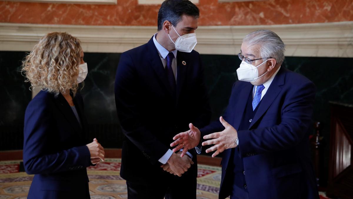 El presidente del Tribunal Constitucional, Juan José González Rivas, con Sánchez y Batet en el Congreso en febrero.
