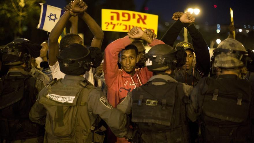 Varios israelíes de origen etíope se manifiestan contra el racismo policial en abril de 2015.