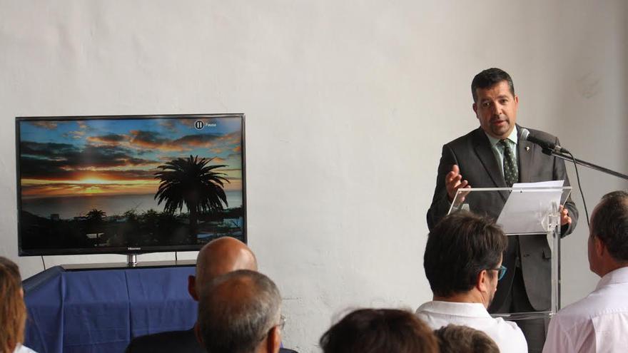 El alcalde, este jueves, en el atrio del Ayuntamiento, durante la presentación del vídeo promocional.