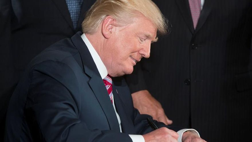 """Trump dice que la trama rusa es un """"montaje"""" demócrata y carga contra el FBI"""