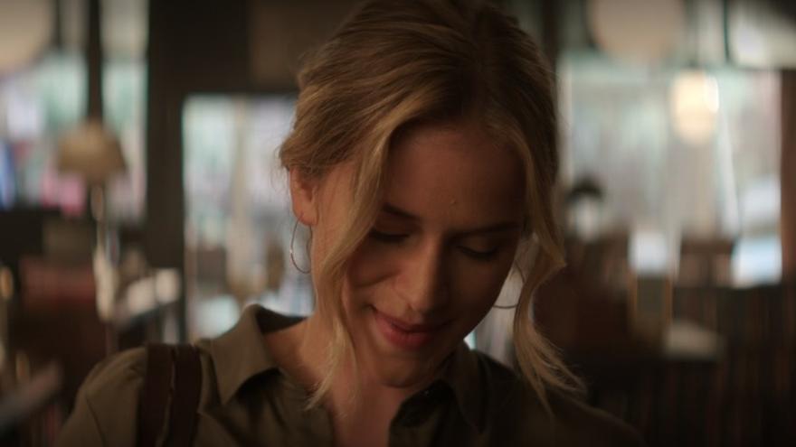 Elizabeth Lail interpreta a Beck en You, la serie que produce Netflix basada en el libro homónimo de Caroline Kepne