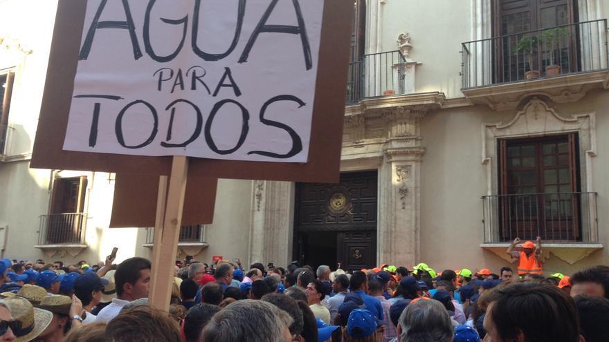 Protesta frente a la calle Fontes de los regantes murcianos