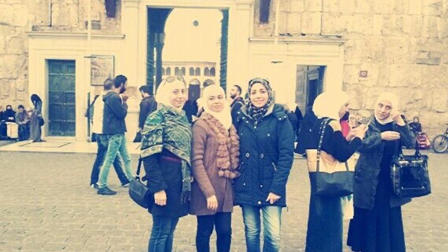 Wafa junto con sus amigas en su Damasco natal (Siria), antes de huir a España por la guerra. Ahora acaba de comenzar sus estudios en la universidad porque ha recibido una beca privada | Imagen cedida