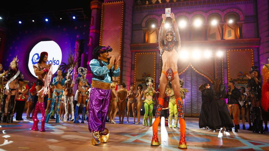 El alcalde de Las Palmas de Gran Canaria, Juan José Cardona, entrega el premio de ganador en la Gala Drag Queen celebrada en el Carnaval 2015 (FLICKR LPAPROMOCION)