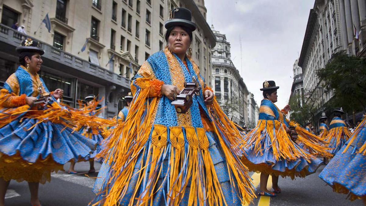 Desfile anual de la comunidad boliviana en la Avenida de Mayo en honor a la Virgen de Copacabana