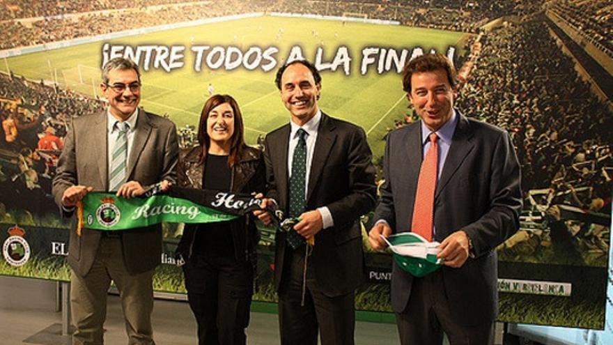 Los diputados del PP Eduardo Van den Eynde, María José Sáenz de Buruaga, Ignacio Diego y Francisco Rodríguez Argüeso, en una campaña a favor del Racing en 2010.   PP