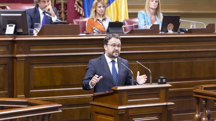Asier Antona durante el pleno de investidura de Ángel Víctor Torres.