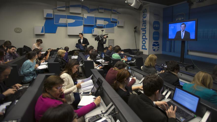 Los periodistas siguen por televisión la intervención de Mariano Rajoy ante la Junta Directiva del PP, el 3 de abril de 2013. / AP / Paul White / Gtresonline