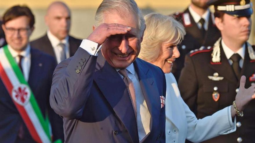 El príncipe Carlos está comprometido a apoyar a Isabel II, dice la Casa Real