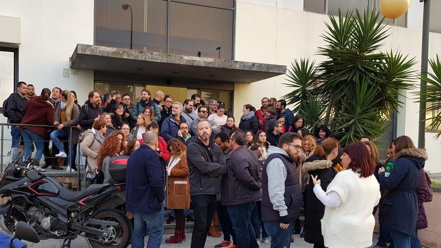 Los trabajadores, en una de las concentraciones ante la fachada de la empresa.