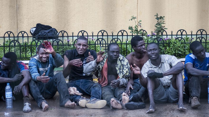 Varios de los inmigrantes que han logrado llegar a Melilla, algunos heridos, descansan después de haber saltado la valla/ Jesús Blasco de Avellaneda.