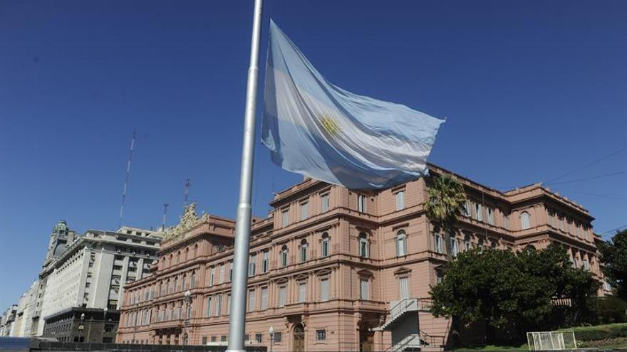 Polémico estudio revela que el azul de la bandera argentina puede no ser el real