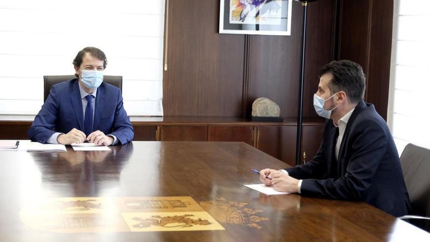 El presidente de la Junta de Castilla y León y el secretario general del PSCyL, durante la reunión de este miércoles.