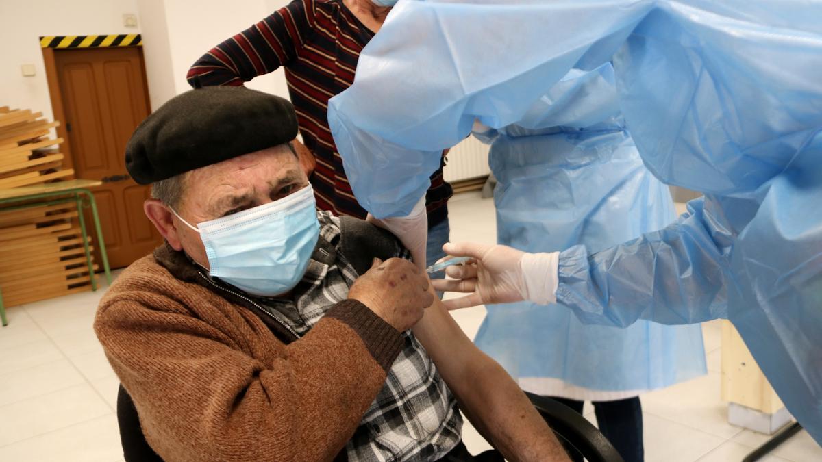 Un vecino de la Vall Farrera, en el Pirineo, recibe la vacuna
