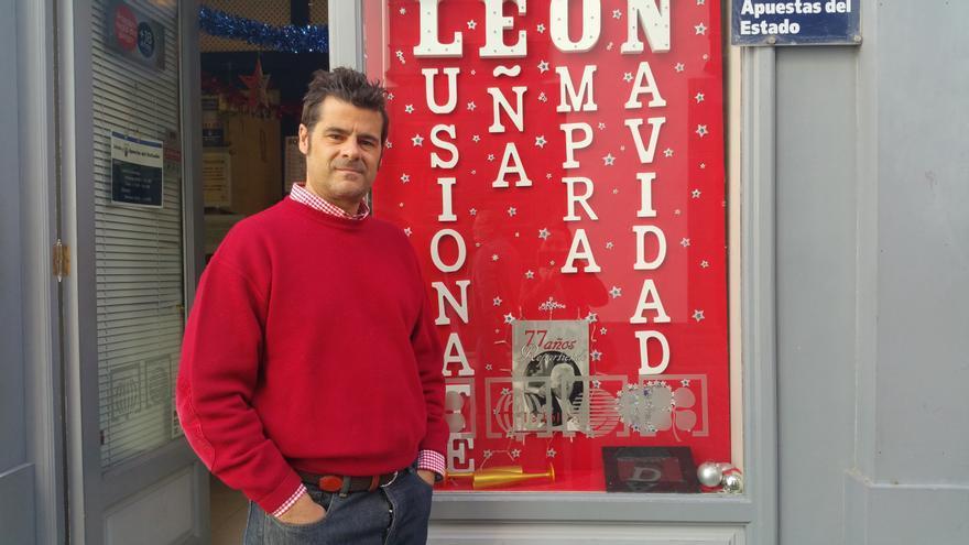Ricardo Cobiella junto al escaparate que homenajea a su padre. Foto: LUZ RODRÍGUEZ.