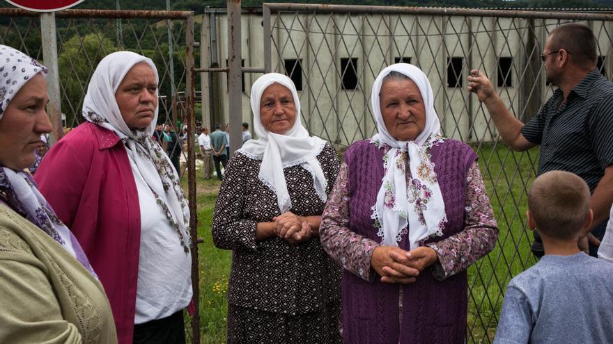 """Los familiares de las víctimas que serán enterradas este año se desplazan hasta Srebrenica unas horas antes de la llegada de los cuerpos. Indira Osmanovic entierra este año a uno de sus hijos, mientras que su marido sigue desaparecido: """"Perdí a mi marido, Ramo, y a mi hijo, Nermin. Fueron capturados y asesinados mientras huían al territorio libre de Tuzla. Yo, junto con miles de otras mujeres, esperé en el campo de refugiados a que mi marido e hijo en volviesen, pero nunca lo hicieron. El día que huyeron los vi por última vez"""". Fotografía: César Dezfuli"""