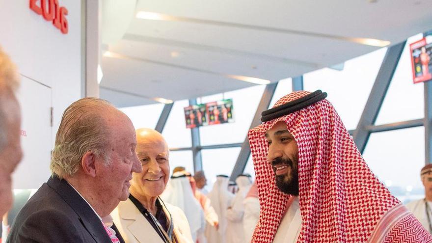 El rey emérito junto al príncipe heredero de Arabia Saudí, Mohamed Bin Salmán, en el premio de Fórmula 1 de Abu Dhabi
