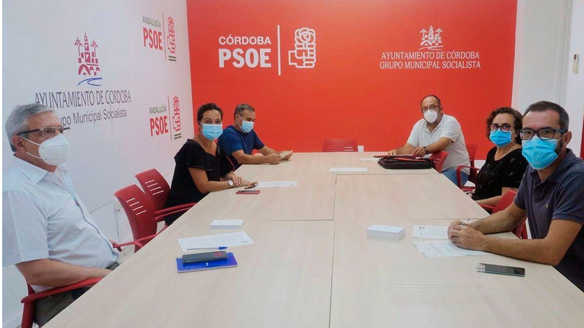 Concejales del PSOE con representantes vecinales de Huerta de la Reina.