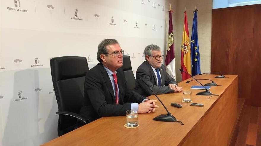 El rector de la UCLM (en primer plano) junto al consejero de Educación