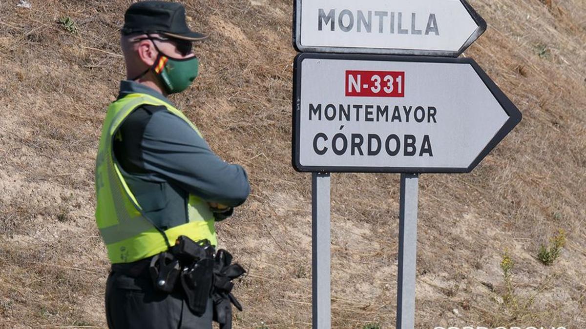 Un guardia civil vigila el acceso a la Autovía de Málaga desde Fernán Núñez