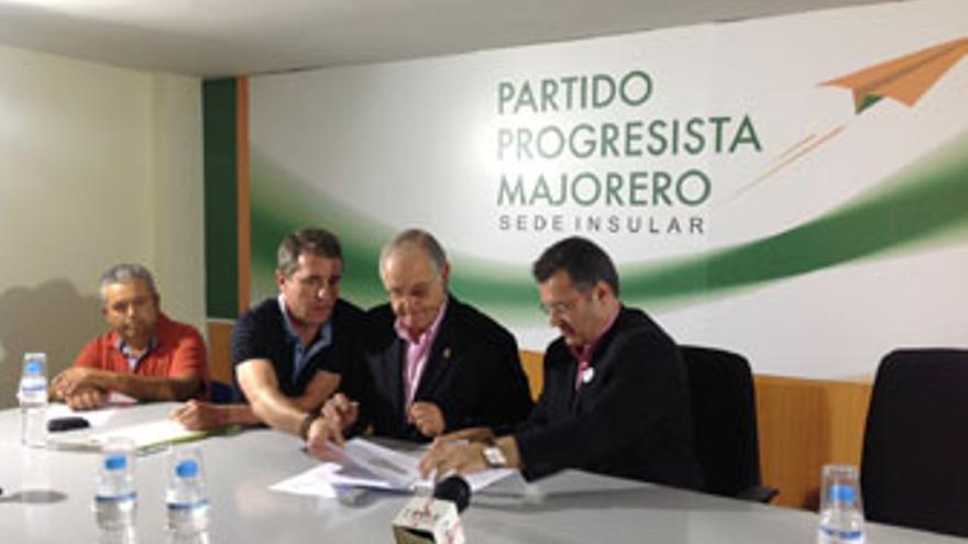 Domingo González Arroyo e Ignacio González sellan su alianza, este viernes en Puerto del Rosario.