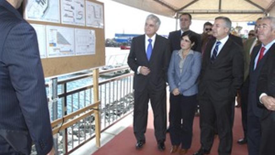 José Blanco, con José Miguel Pérez, Carolina Darias y Francisco Santiago, en su visita al puerto de Taliarte. (QUIQUE CURBELO)