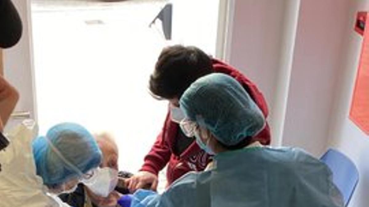 Imagen de la vacunación en un centro de día.