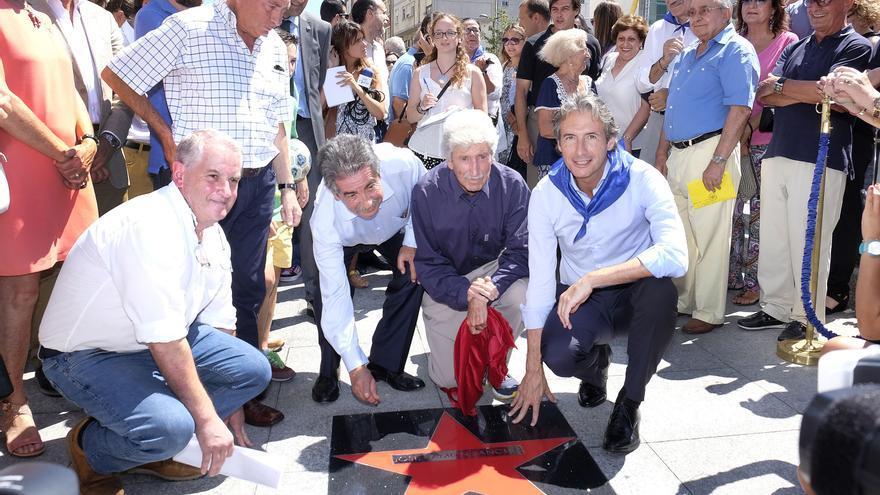 El dibujante José Ramón Sánchez descubriendo su estrella en el barrio santanderino de Tetuán.