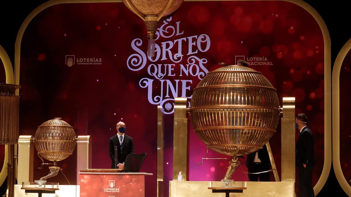 Personal de Loterías y Apuestas del Estado aguarda junto a los bombos antes del inicio del Sorteo Extraordinario de la Lotería de Navidad. EFE/J.J. Guillén