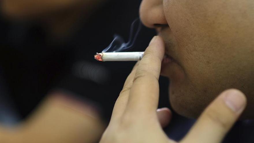 La Sociedad médica pide prohibir fumar en coches y recintos donde haya menores