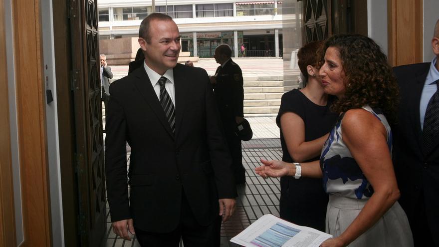 Augusto Hidalgo en la toma de posesión de Clavijo (ALEJANDRO RAMOS)