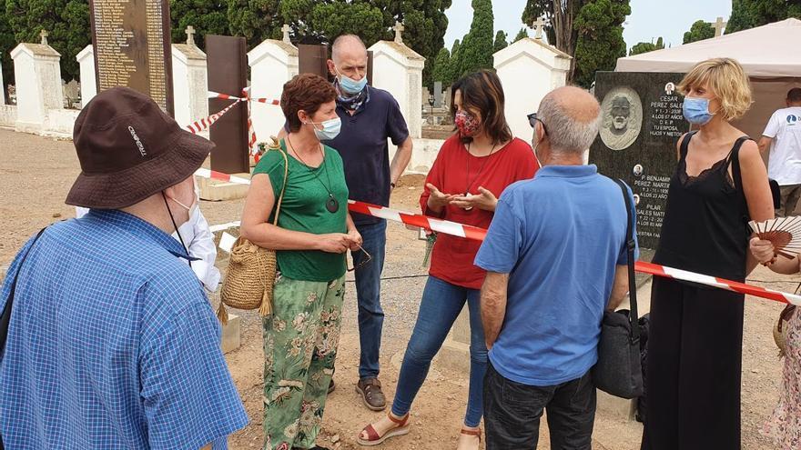 La consellera Rosa Pérez, de rojo, conversa con familiares de los represaliados por el franquismo enterrados en la fosa del cementerio civil de Castelló.