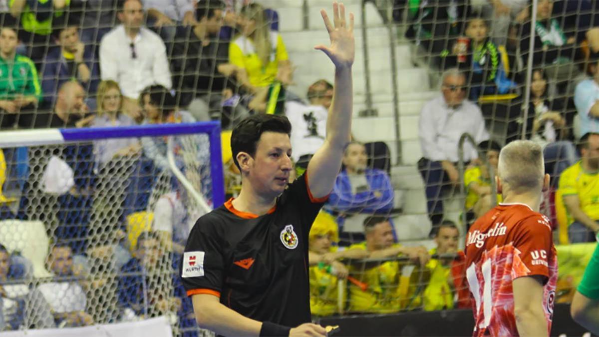 El árbitro Juan Ramos durante un partido