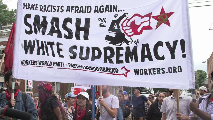 Pancarta antifascista en las protestas de Charlottesville (Virginia)