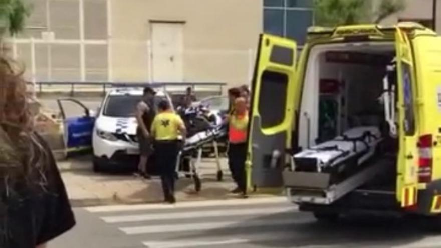 Los equipos de emergencia trasladan a uno de los policías heridos en un tiroteo de Gavá