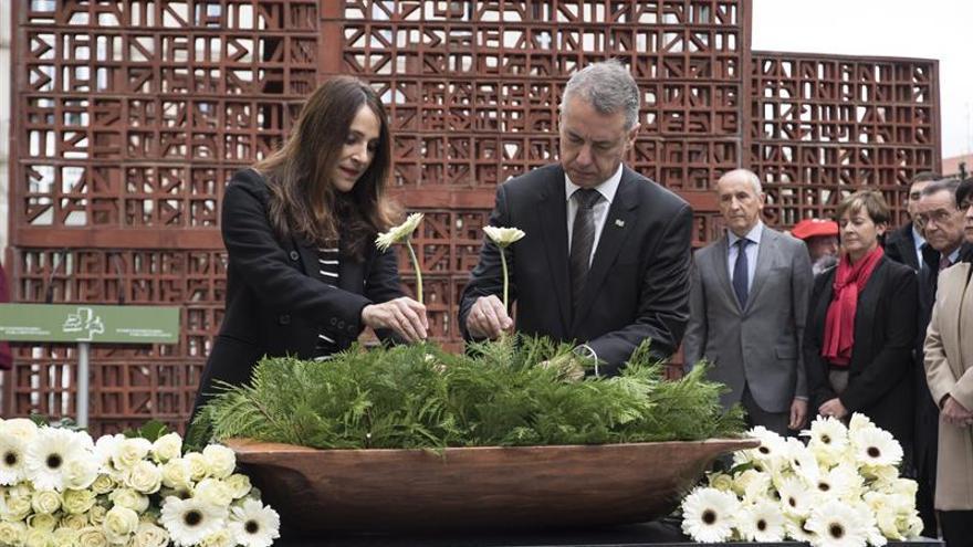Los partidos vascos menos el PP recuerdan a todas las víctimas en Vitoria