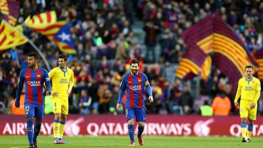 El delantero argentino del FC Barcelona Lionel Andrés Messi (c) celebra el gol marcado ante el UD Las Palmas, el segundo del equipo, durante el partido de la decimoctava jornada de Liga en el Camp Nou de Barcelona. EFE/Toni Albir