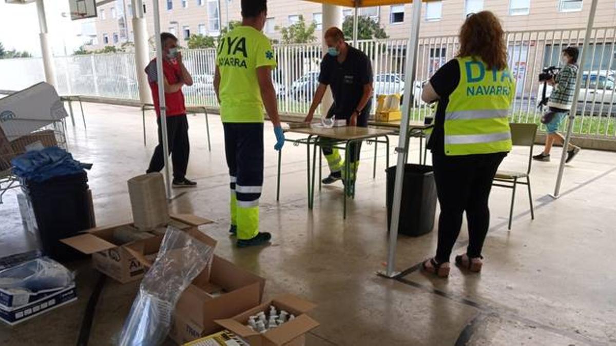 Personal de DYA Navarra prepara las carpas en las que se realizarán las pruebas PCR a los jóvenes del barrio pamplonés de Mendillorri