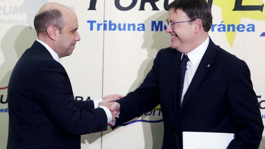 El president Ximo Puig saluda al alcalde de Alicante, Gabriel Echávarri, en el Forum Europa